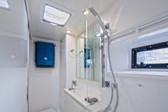 L40 SB Charter - Head and shower